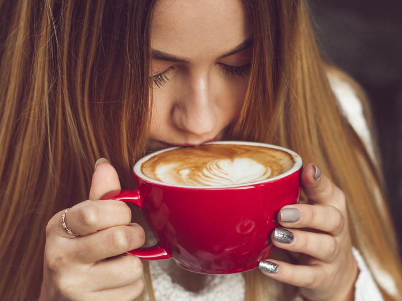 El neuromarketing puede marcar la diferencia al momento de elegir un simple café: ¿irías a la cafetería con ricos aromas y una decoración atrayente o una fría y sin olor a café fresco?